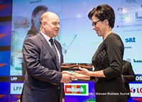 Prezes Ryszard Jania odbiera nagrodę Investment of the Year dla Pilkington Automotive Poland